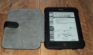 ONYX BOOX Kopernik с комплектным чехлом хвастается своими параметрами на выключенном экране